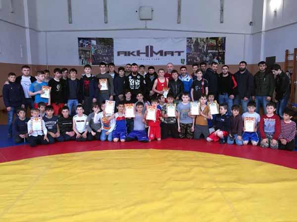 Памятное фото участников турнира по боксу, приуроченного ко Дню Конституции ЧР
